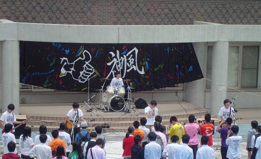 文化祭 中庭ライブの様子
